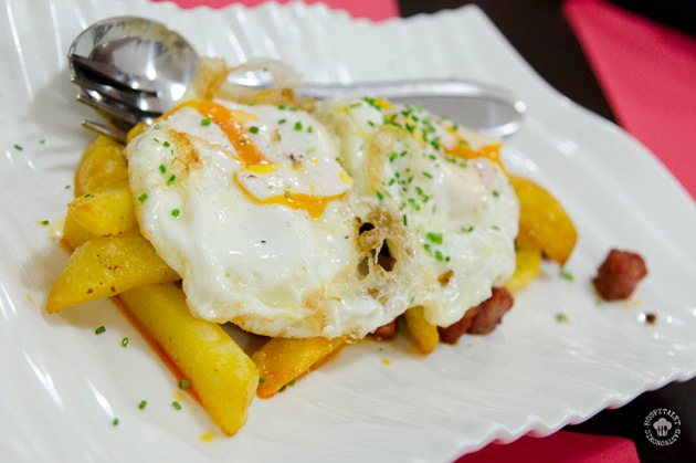 Dos huevos de Calaf, patatas fritas y chorizo gallego.