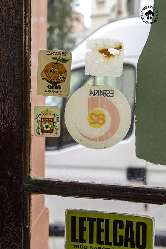 Pegatina de Naranjito en la puerta.