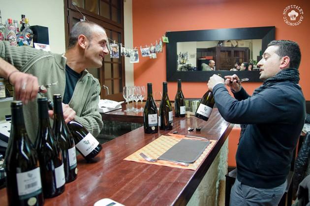 Iván, de Bodegas Contador junto a Joan Navarret, de Vila Viniteca preparando la fiesta.