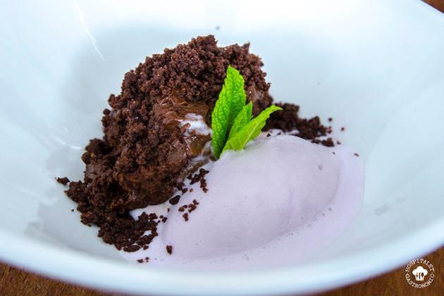 Mouse de chocolate con arenas de chocolate y helado de violeta.