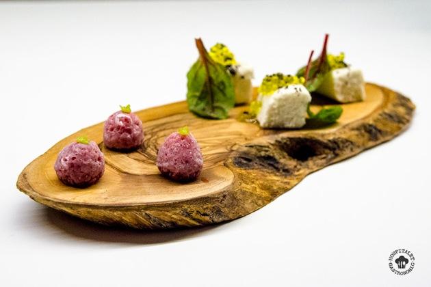 Brandada de bacalao con esferificación de aceite de oliva por un lado + frambuesa cubierta de azucar con wasabi