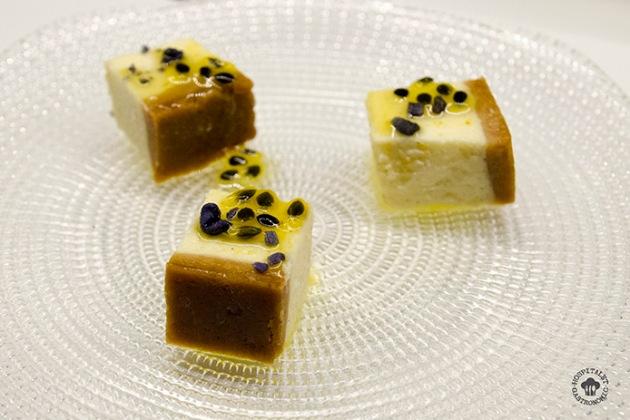Pastel de queso con fruta de la pasión y pétalos de violeta deshidratados.