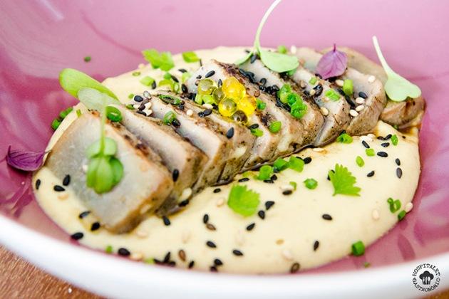Tataki de atún con humus.
